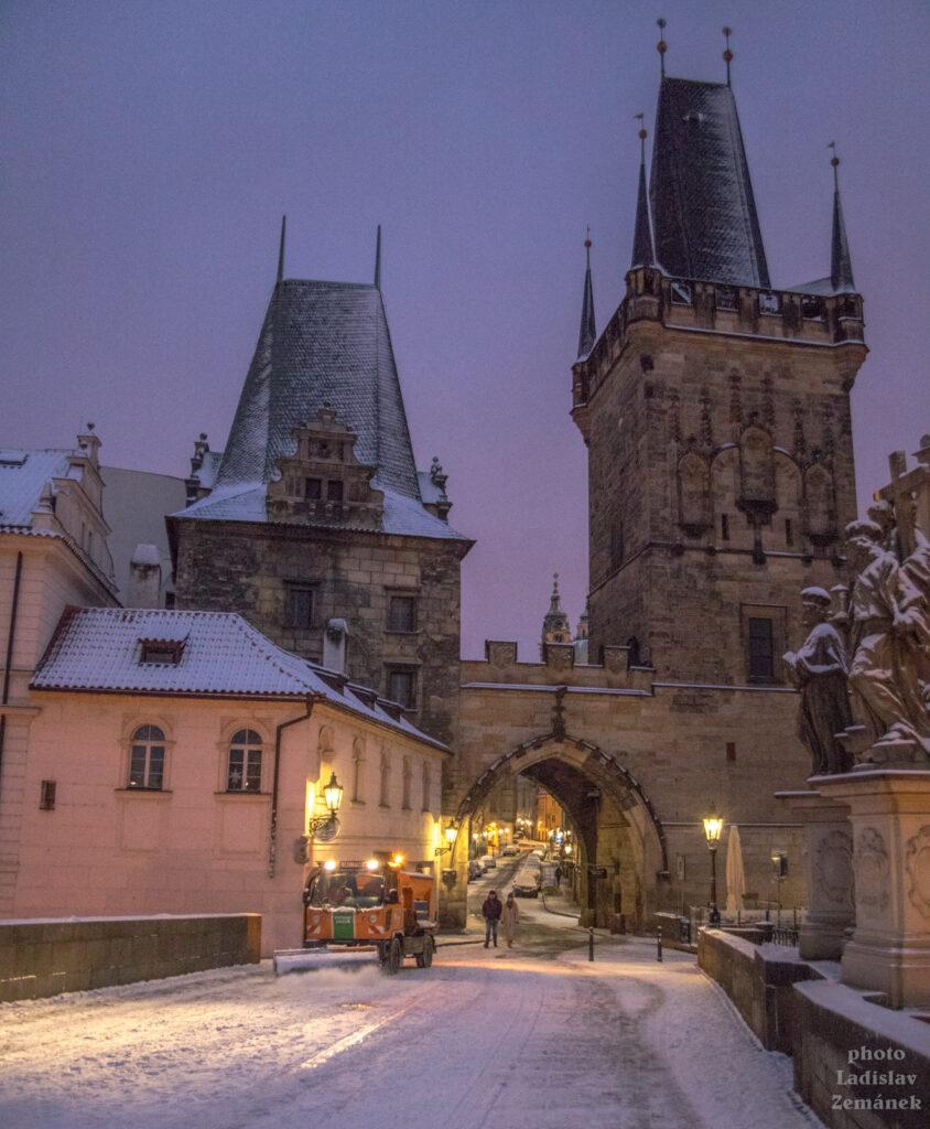 Mostecká věž a úklid sněhu na Karlově mostě