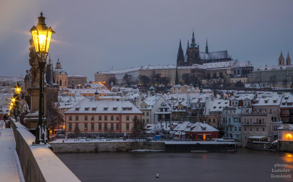 Karlův most a zasněžená Malá Strana
