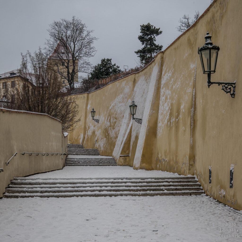 Staré zámecké schody pod sněhem