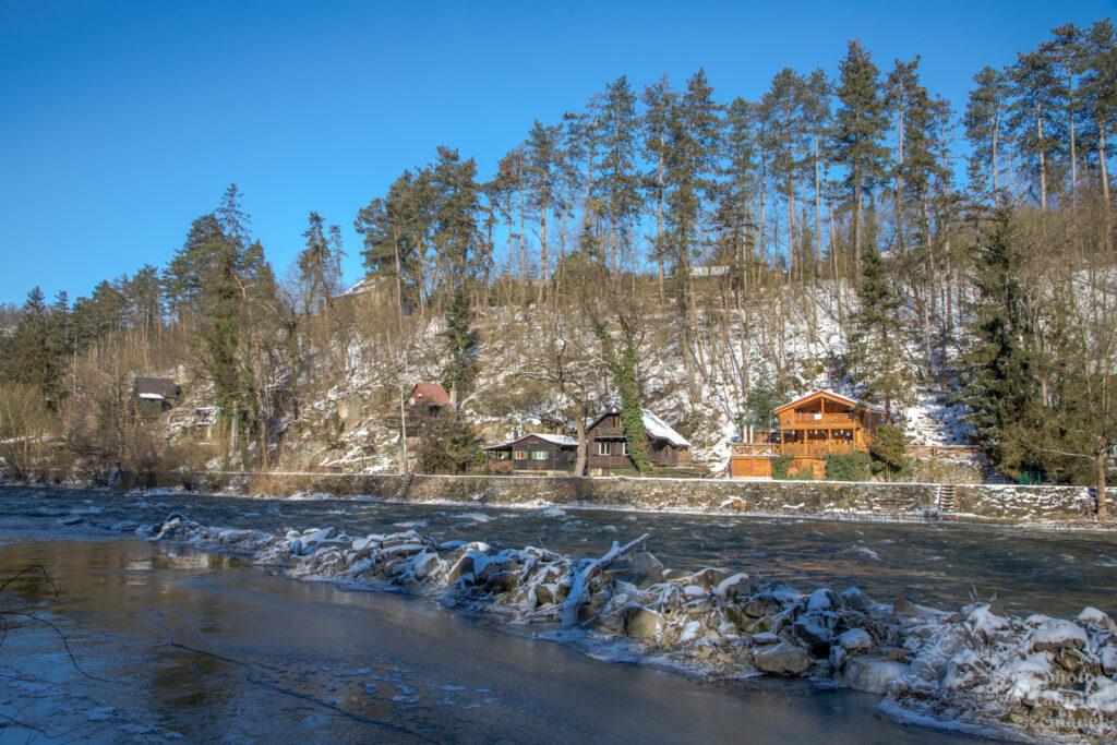 Chaty u Sázavy na konci zimy