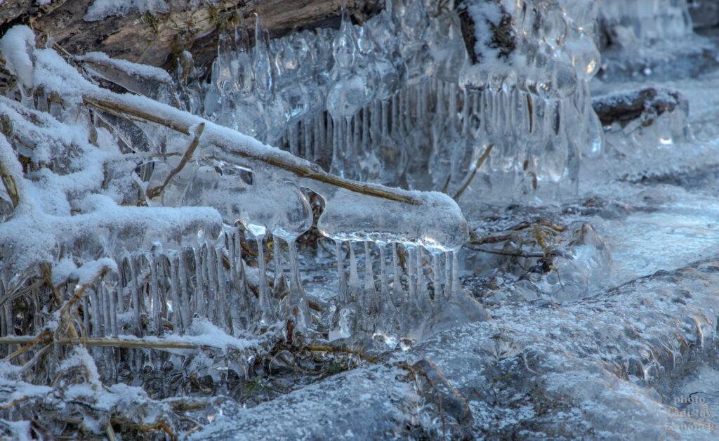 Led na břehu Sázavy