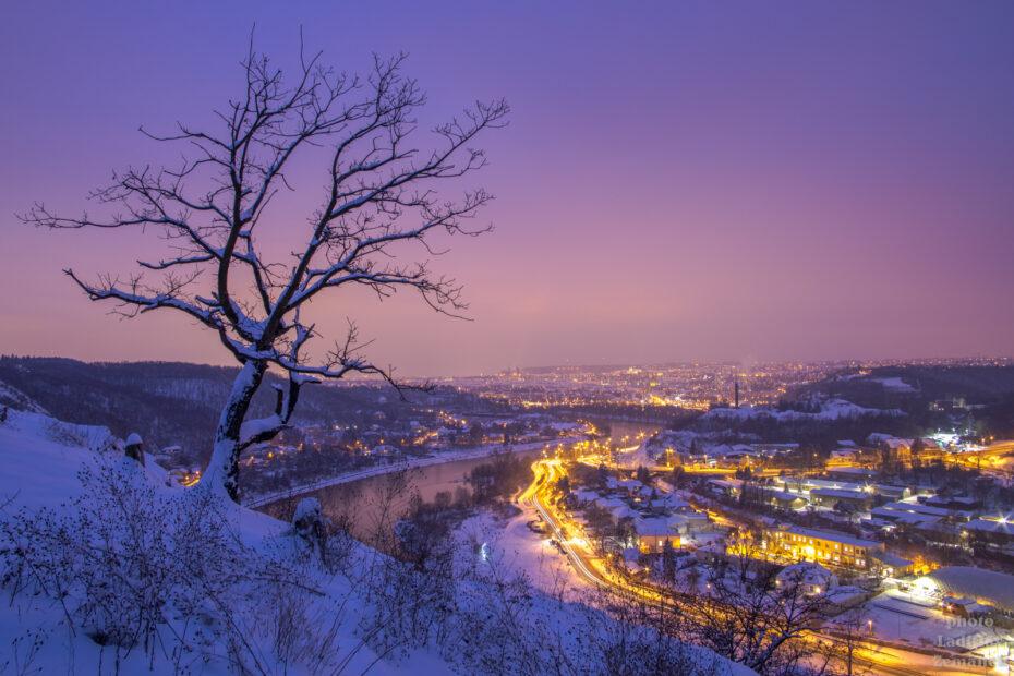 Praha - Podhoří - večerní silueta stromu, sníh a řeka