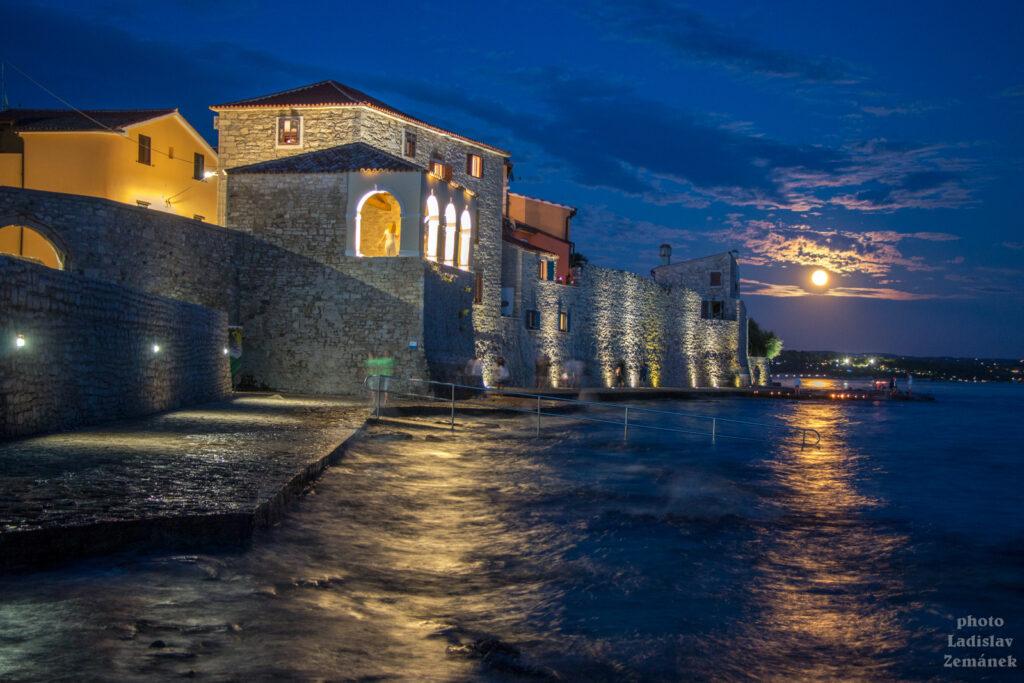 Novigrad - večerní městské opevnění