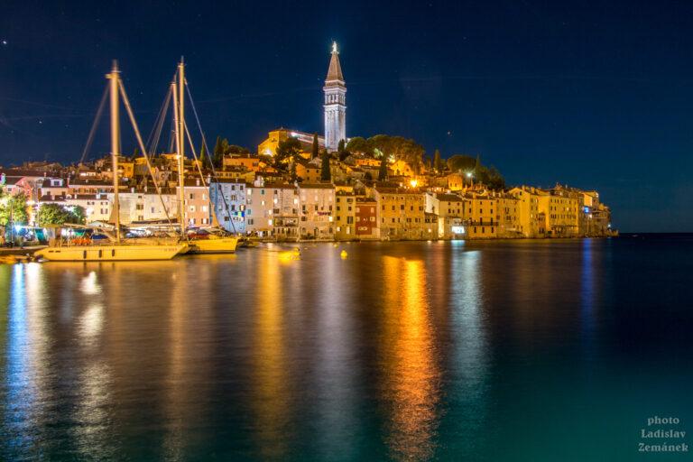 Pobřeží Istrie - noční pohled na město Rovinj