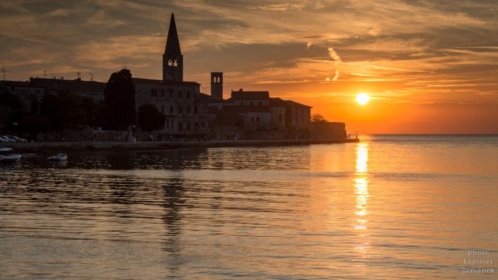 Poreč - západ slunce nad centrem města a bazilikou sv. Eufrazia