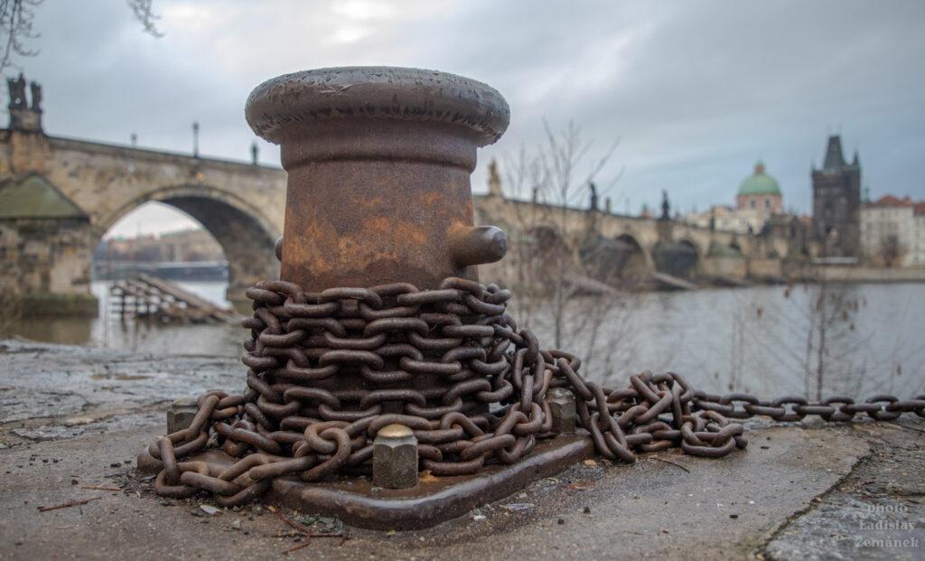 přístavní pachole s řetězem u Karlova mostu