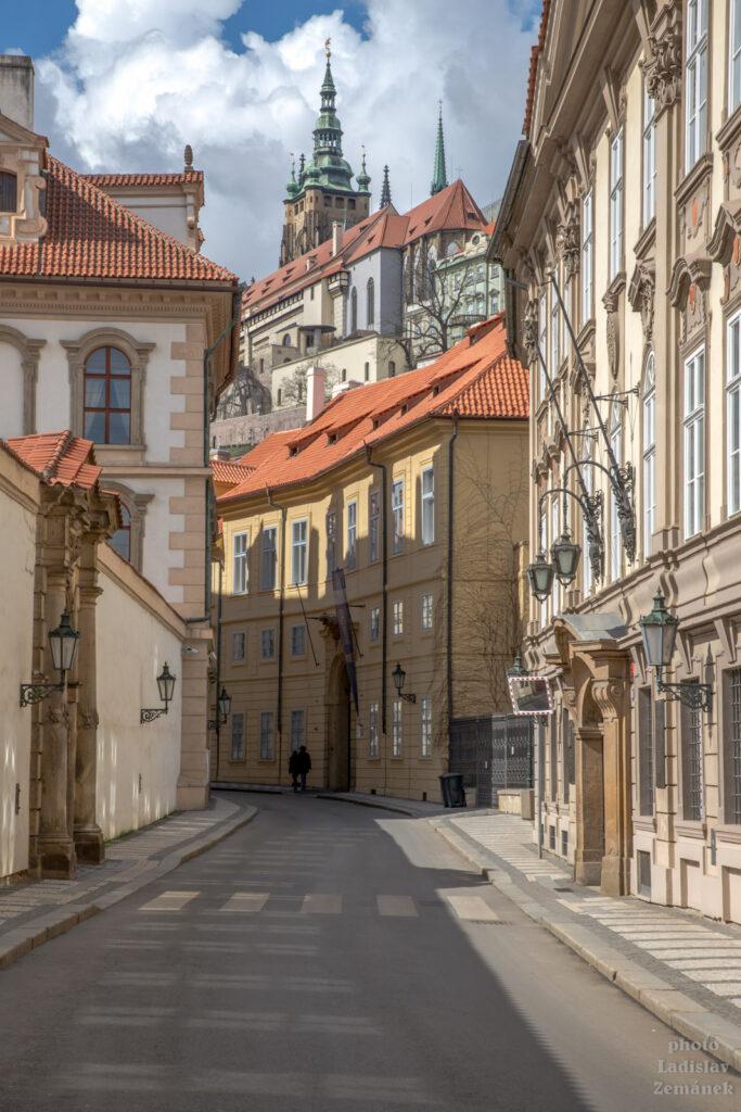 Valdštejnská ulice a Pražský hrad