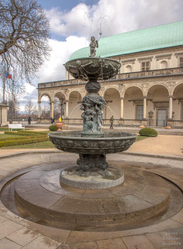 Letohrádek královny Anny a Zpívající fontána
