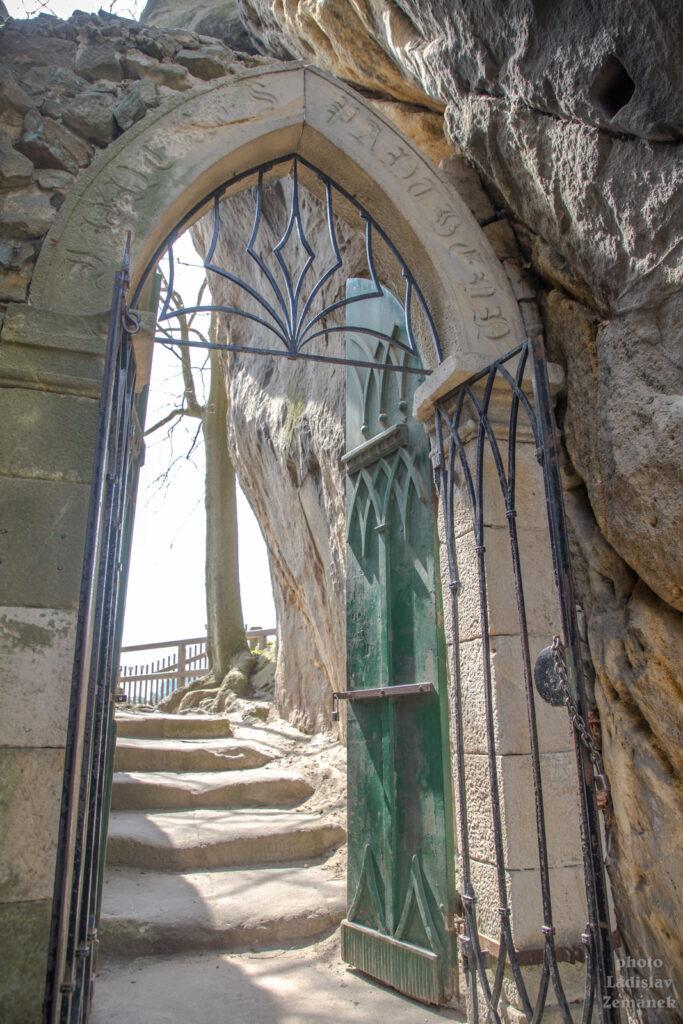 Skalní hrad Vranov - Pantheon - gotická brána