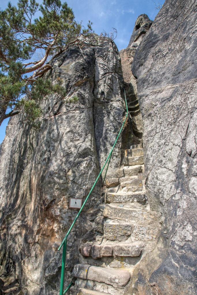Skalní hrad Vranov - Pantheon - příkré schody - vyhlídka u kříže