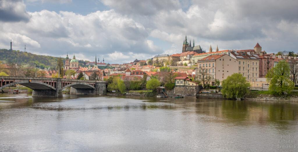 Výhled na Pražský hrad a Petřín z Dvořákova nábřeží