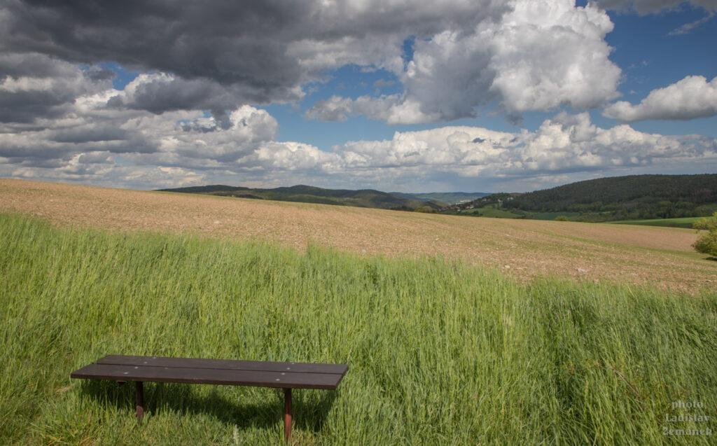 jarní pole s lavičkou u Hudlic