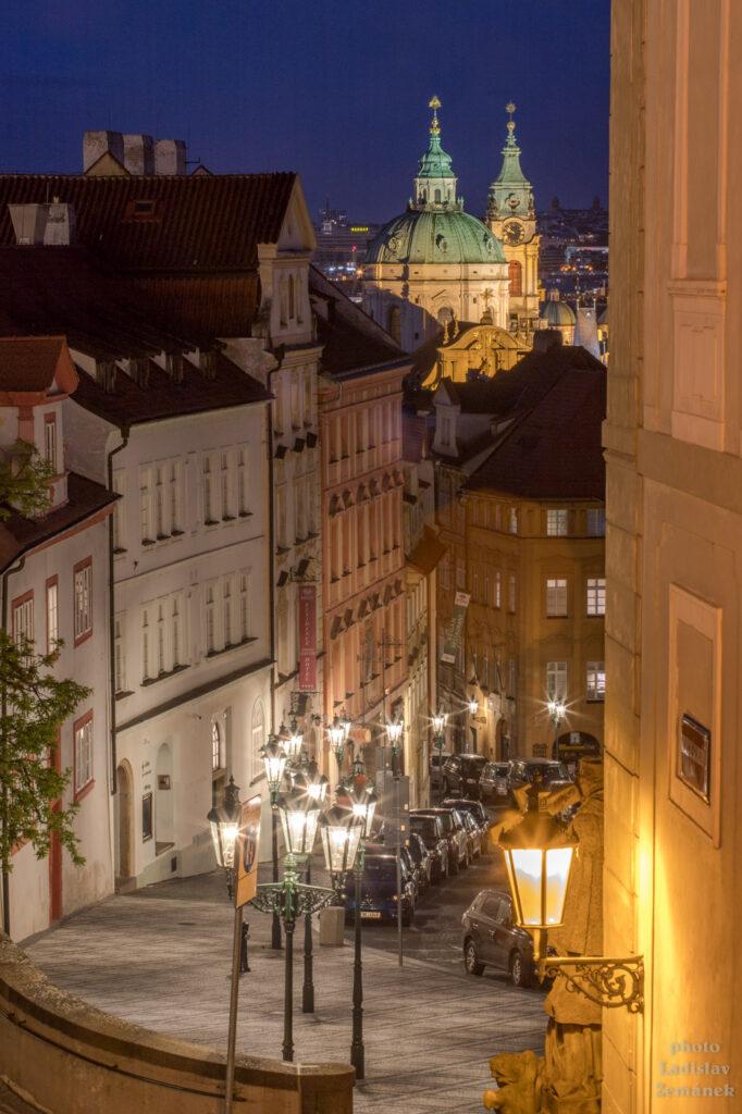Prázdná Nerudova ulice - večer