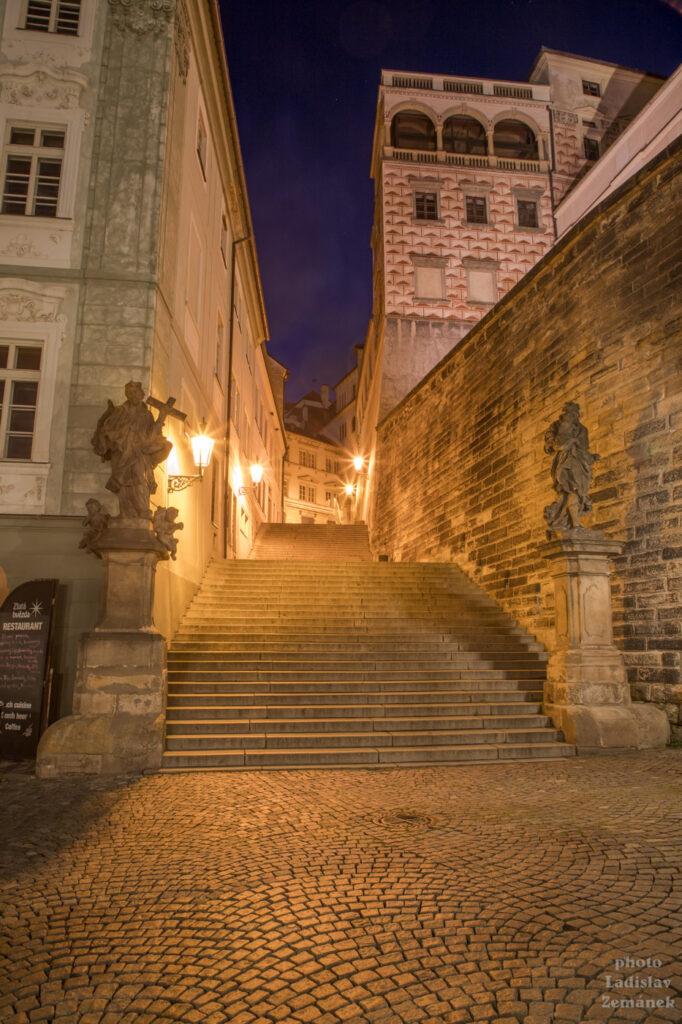 Prázdné večerní Radnické schody