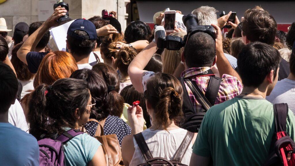 průvodce za skupinou turistů není skoro vidět