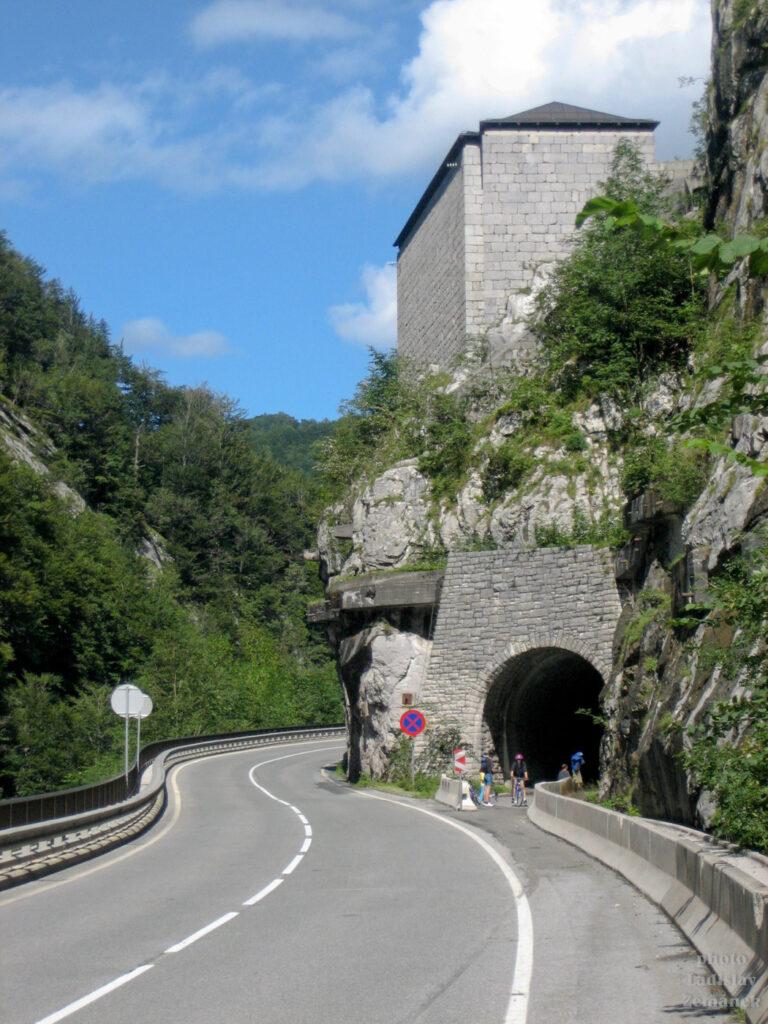 Silnice a cyklostezka pod Pass Lueg