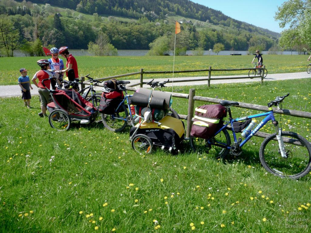 naložená kola u cyklostezky