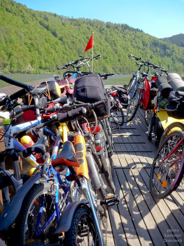 kola na přívozu na Dunaji