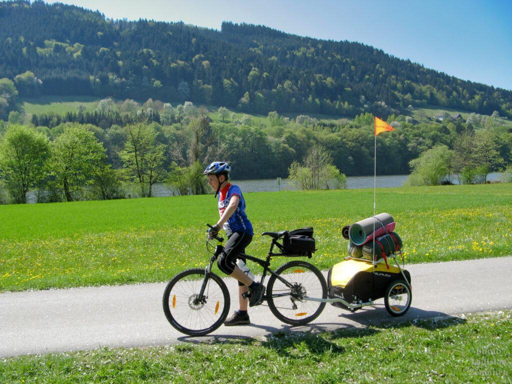 cyklista s nákladním přívěsem