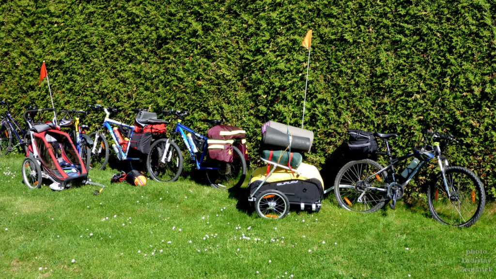 naložená kola v kempu u cyklostezky