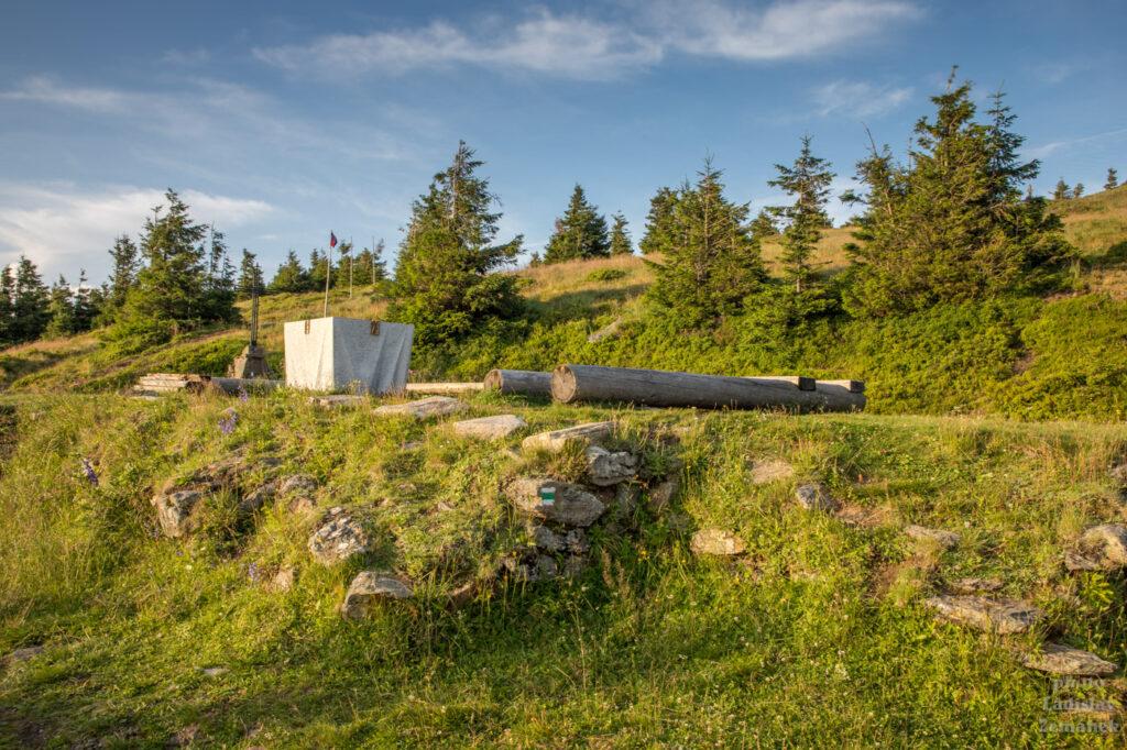 kříž a oltářní kámen - Vřesová studánka