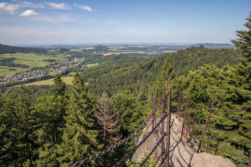 Výhled ze skalního útrvaru Čertovy kameny, nedaleko rozhledny Zlatý Chlum