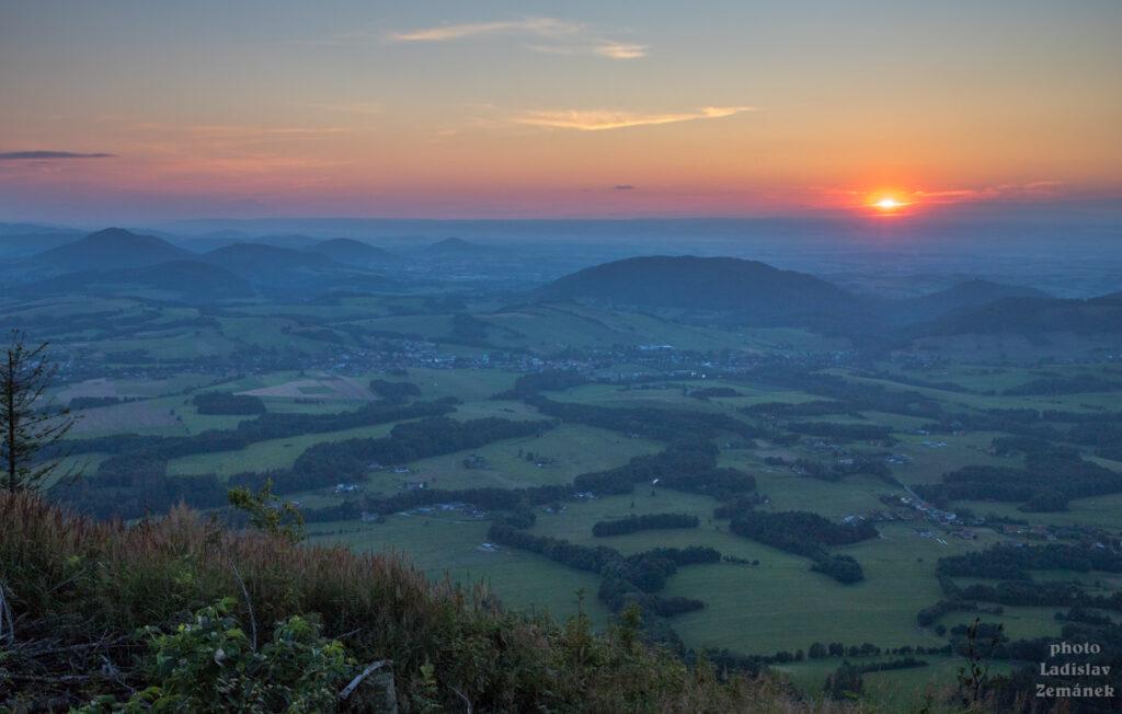 výhled z Ondřejníku při západu slunce