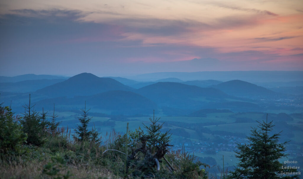 Výhled z Ondřejníku po západu slunce