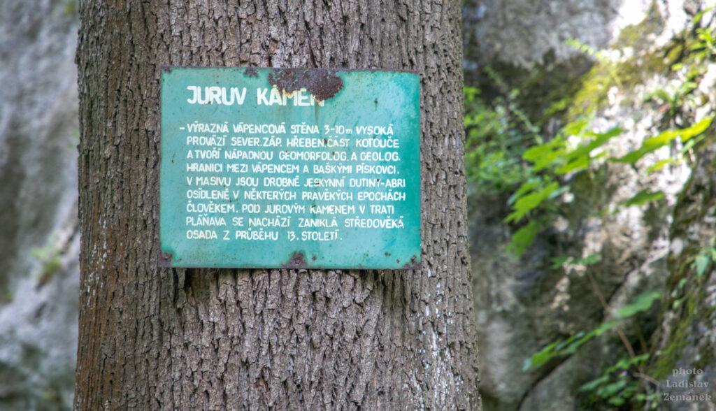 pod vápencovou stěnou Jurův kámen