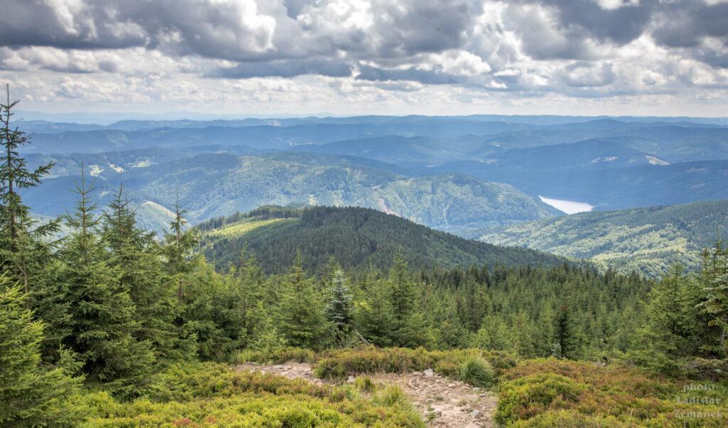 výhled na Beskydy - na žluté značce pod Lysou horou