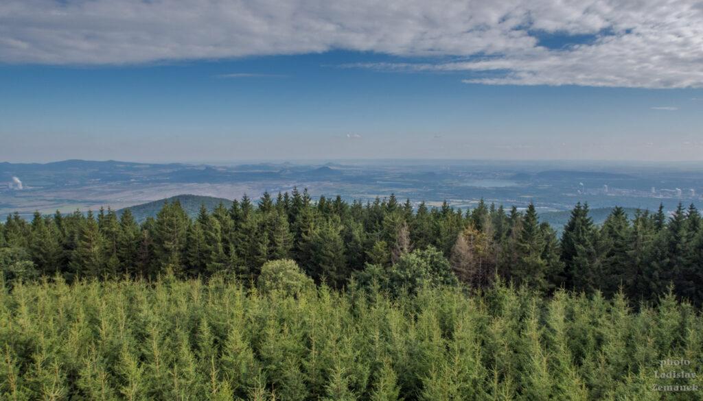 rozhledna Vlčí hora - výhled na České středohoří