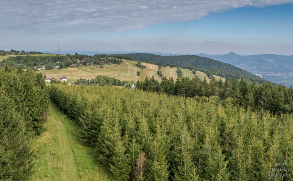 rozhledna Vlčí hora - výhled na Krušné hory