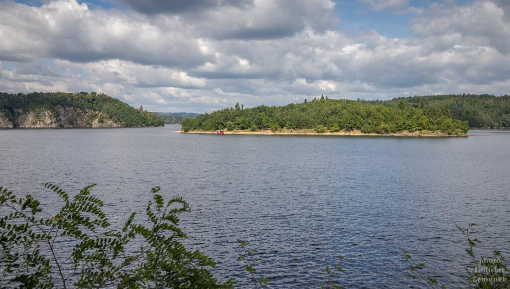 Orlická přehrada od zámku Orlík