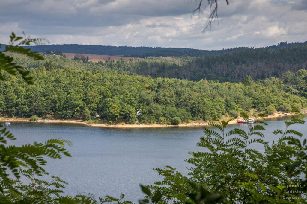 Orlická přehrada - výhled ze zámeckého parku
