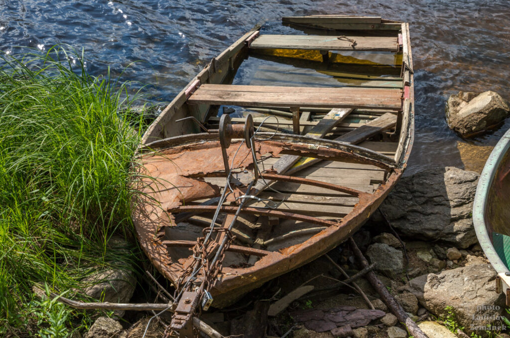 zátiší se starou lodí