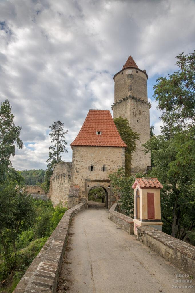 Hrad Zvíkov - brána a věž Hláska