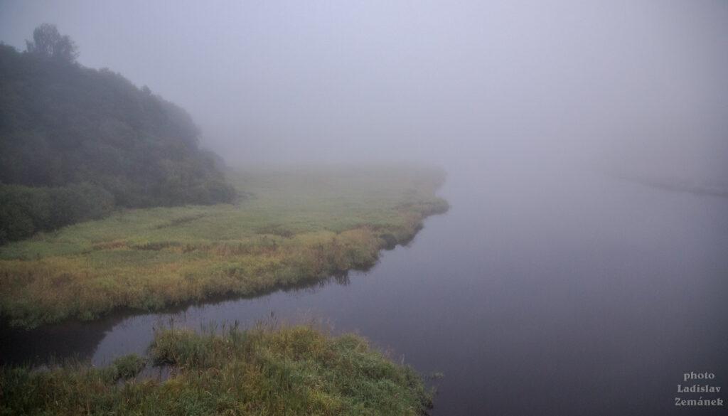 Ranní mlha na Lipně v Nové Peci