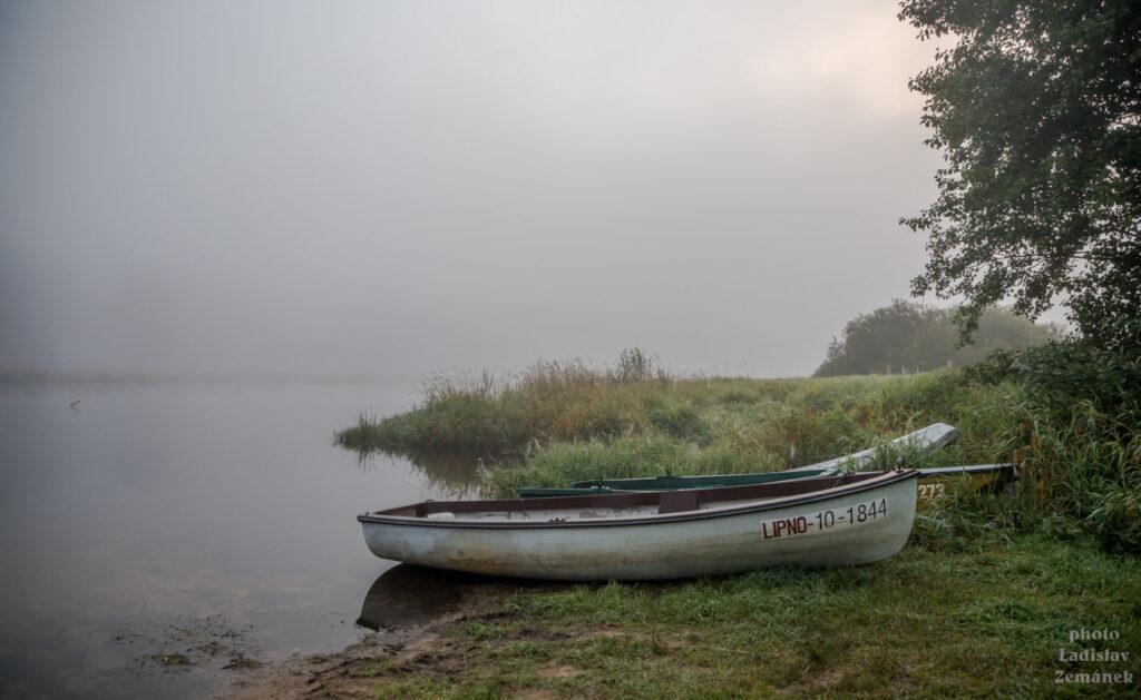 Ranní mlha na Lipně v Nové Peci pár dní před tím, než nastane první podzimní den