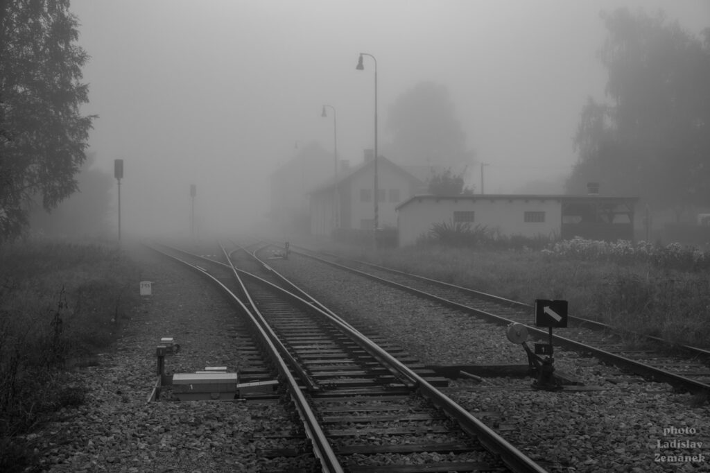 Ranní mlha na nádraží v Nové Peci na Šumavě