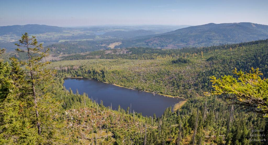 výhled na Plešné jezero a Lipno