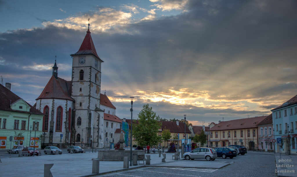 Horažďovice - Mírové náměstí a kostel sv. Petra a Pavla
