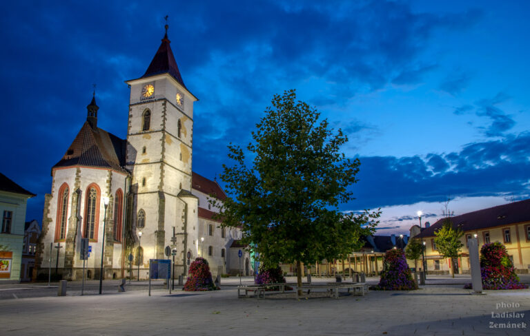Večerní Horažďovice - Mírové náměstí a kostel sv. Petra a Pavla
