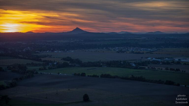 Drábské světničky - výhled na Bezděz při západu slunce